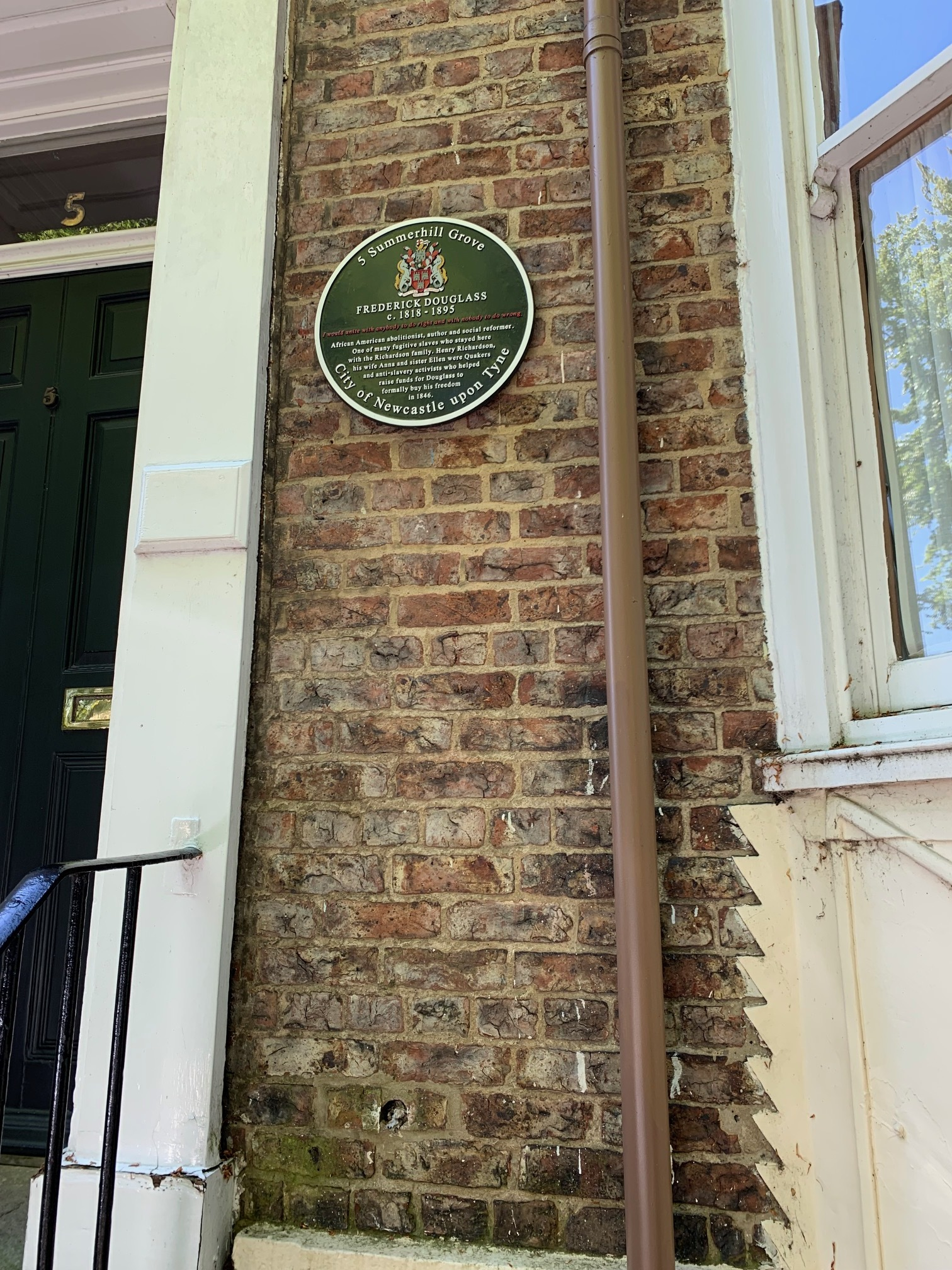 The plaque honoring Frederick Douglass outside the residence where he stayed during his time in newcastle upon Tyne.