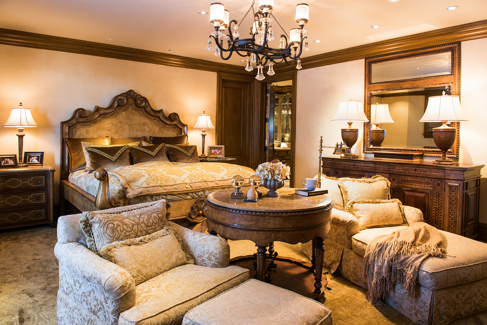 This home is all about luxury! The decor and furnishings in all the bedrooms show a sense of elegance.