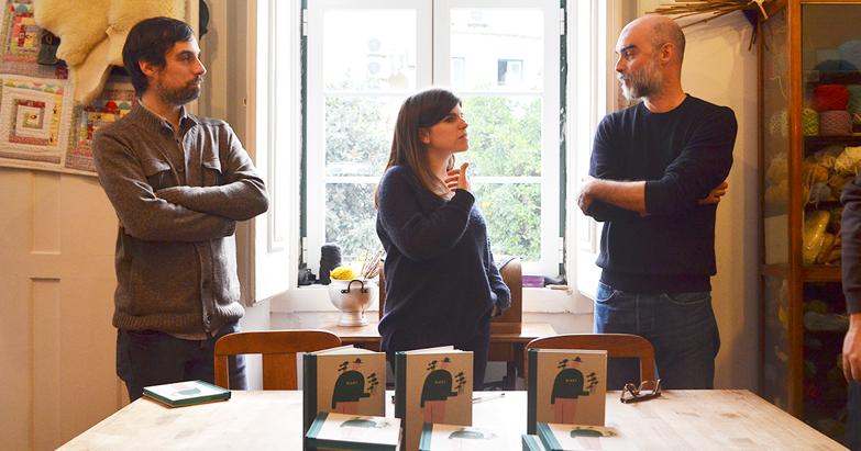Fotografia da Maria,    retirada do Mais tinta e Papel, num post sobre o lançamento   .  Photograph from Maria, taken from  Mais tinta e Papel, in a post about the launch .