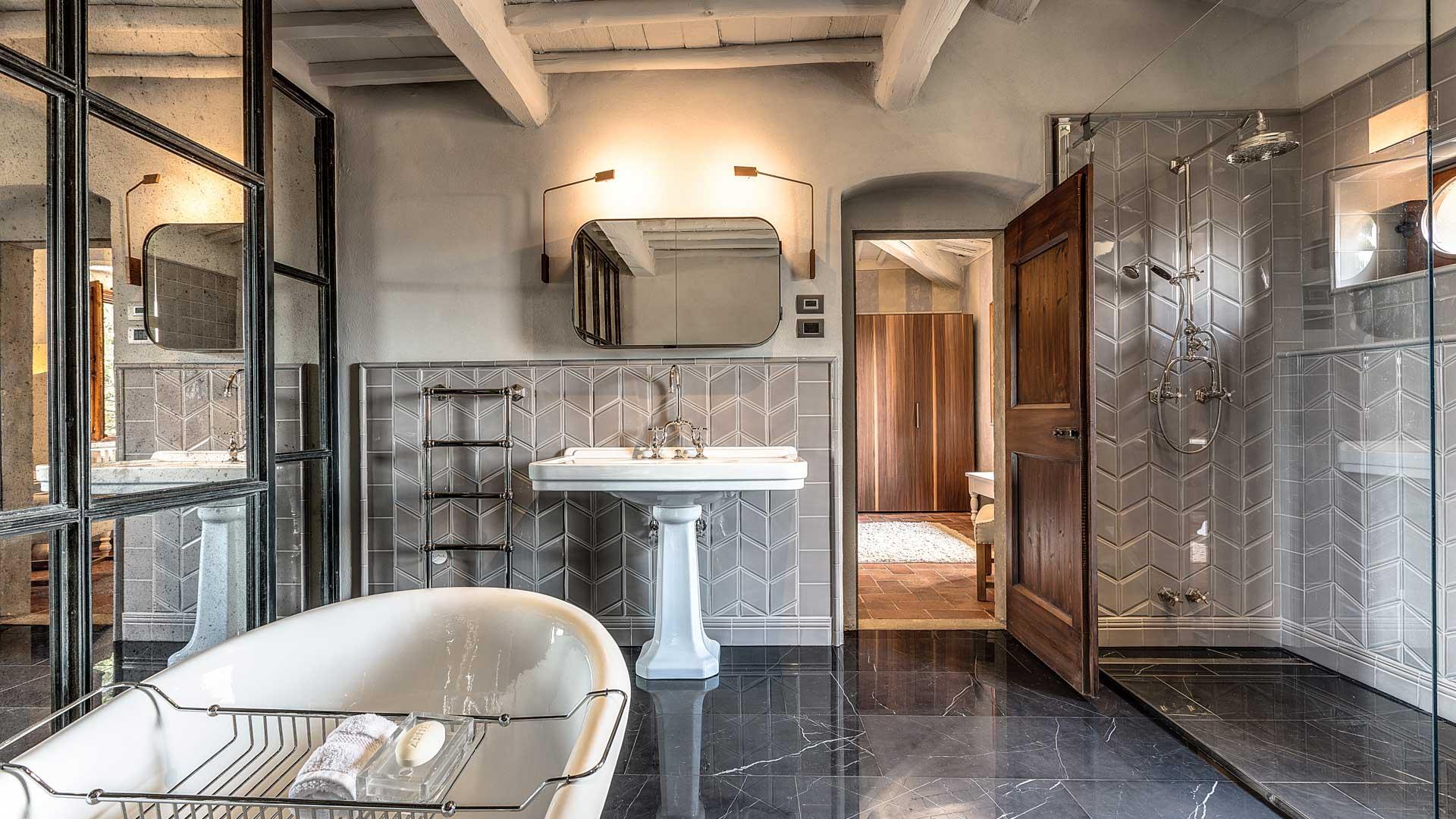 Bagno, vista doccia e lavandino