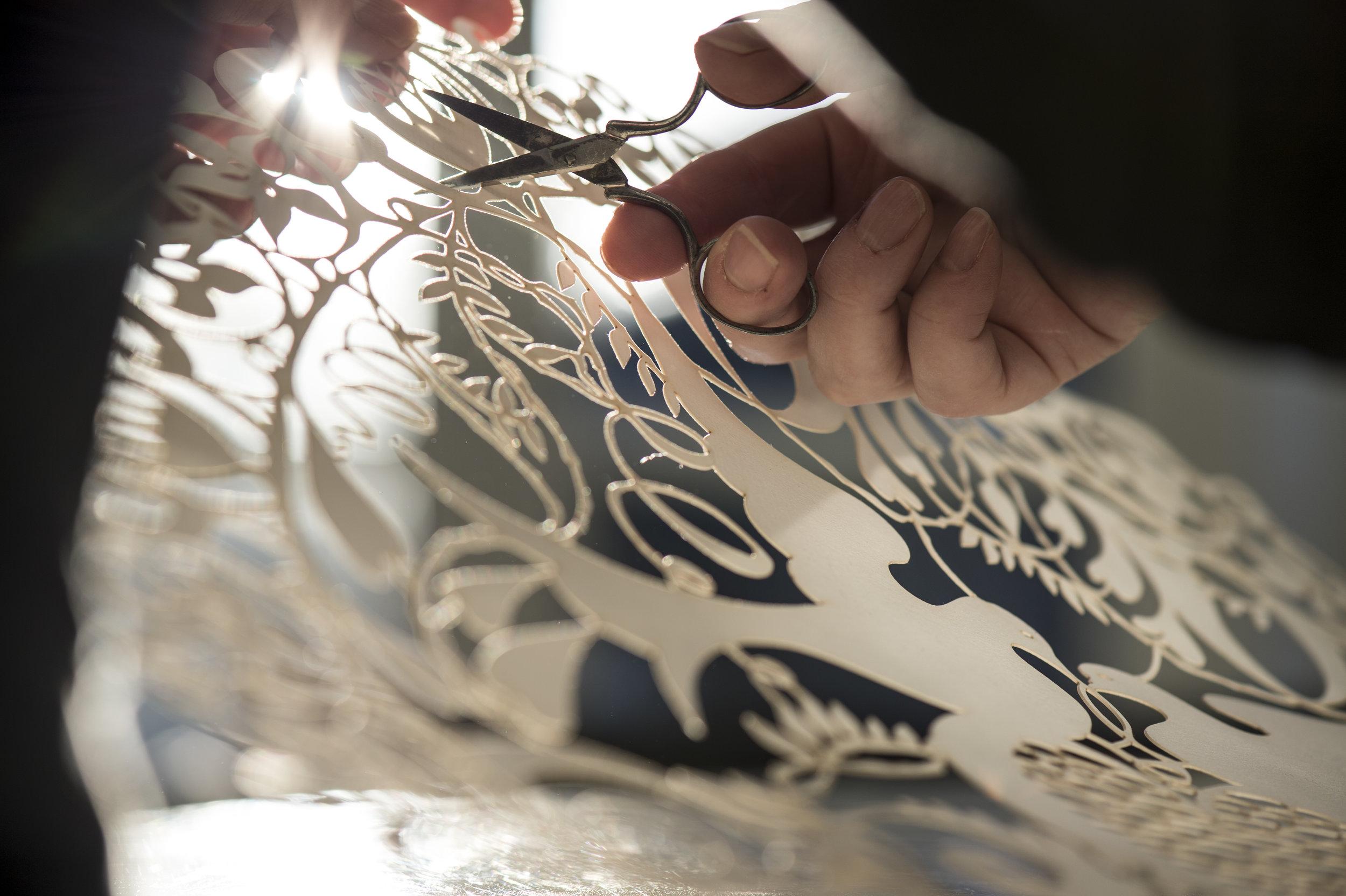 Bit Vejle klipper alle hendes psaligraphiske værker med mormors gamle broderi saks. Foto: Gorm Branderup
