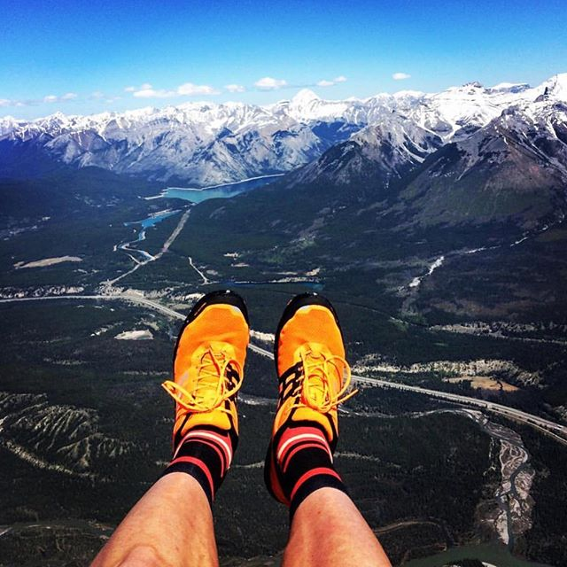 We love a good #trailshoeselfie and this one by @ultra.chamois at Mount Rundle is your one to beat! #trailrunning #trailshoeselfie #trailrunningmag #outdoors #instarun