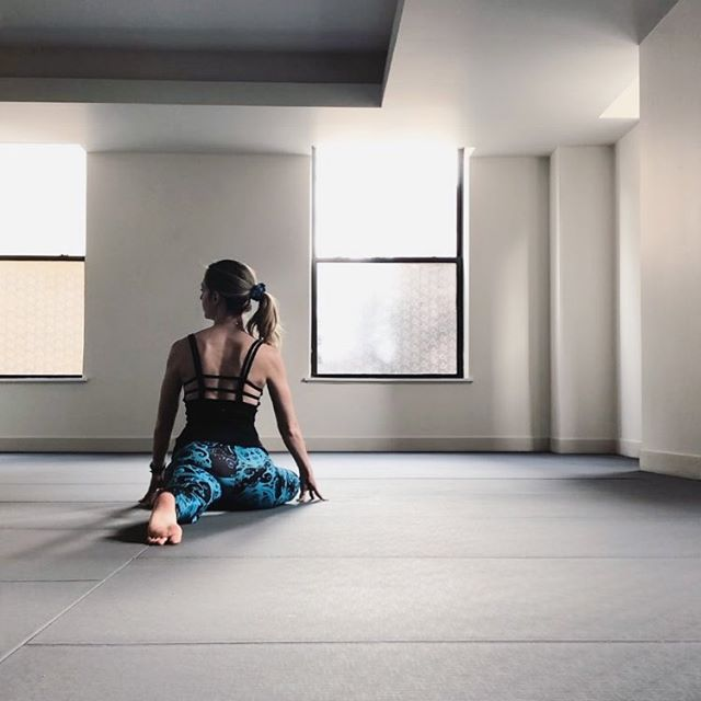 lil pigeon looking for spring 🤔🥶🐦 . .  It's #thursdaybirdsday! Join @jennyg2bfit and I every week with your bird poses. 🐔🐧🐦🐤🐣🦅🐥🦉 . . . . . . . . . . . . . . #pigeonpose #chicagoyoga #chicagoyogi #yogasix #getyoursixon #yogasixgoldcoast #mindfulyoga #deepstretch #blackmilkclothing #bmtealbathmfleggings #practiceyoga #yogateacher #yogisofig #yogaposes #weeklyyogapost