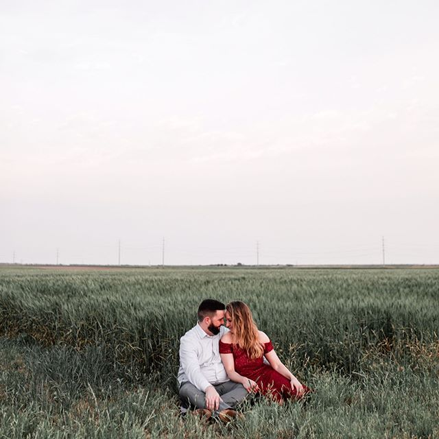 Loved taking photos of these college friends on their family farm!! 👫 These make me want a photo session with just my hubby 🥰 it's rare to get photos with each other once you start adding in kids! Married couples are so fun & this was such a sweet evening, even tho the wind was blowing like 100 mph! ☺️