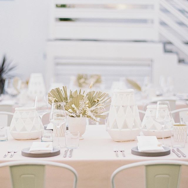 Dreamy dinner from our Laguna Beach retreat @hoteljoaquin  styled by @jl_designs. The prettiest linen from our sponsor @bbjlinen 📷 by @ashleysawtelle  #nourishtheretreat #creativeretreat #wellnessretreat #lagunabeach #hoteljoaquin