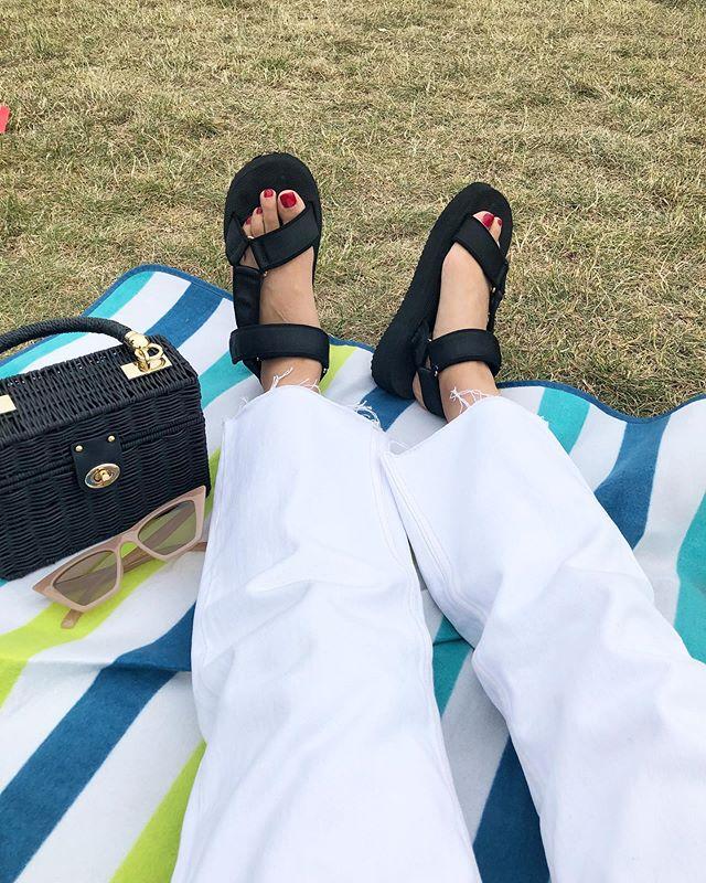 〰️ この春夏買ったベロクロサンダル。 最近は夏終わっちゃった感があったから 出番なかったけど ロンドンもまた明日から夏日が 戻ってくるみたい☀️🌈 またサンダルの出番きたぞー。 . . . . . . . . . . . . .  #london#londonmum#londonlife#mummylifestyle#mumlifeuk#mummyfashion#londonstreetstyle#streetfashion#fashiondaily#styleblogger#styleblog#styledailye#fashionlove#mamagirl#mamafashion#fashion7days#ootd#outfit#sandals#velcrosandals#今日のコーデ#コーデ#ママコーデ#カジュアルコーデ#シンプルコーデ#ベロクロサンダル#白デニム#サンダルコーデ#サングラス#着回し
