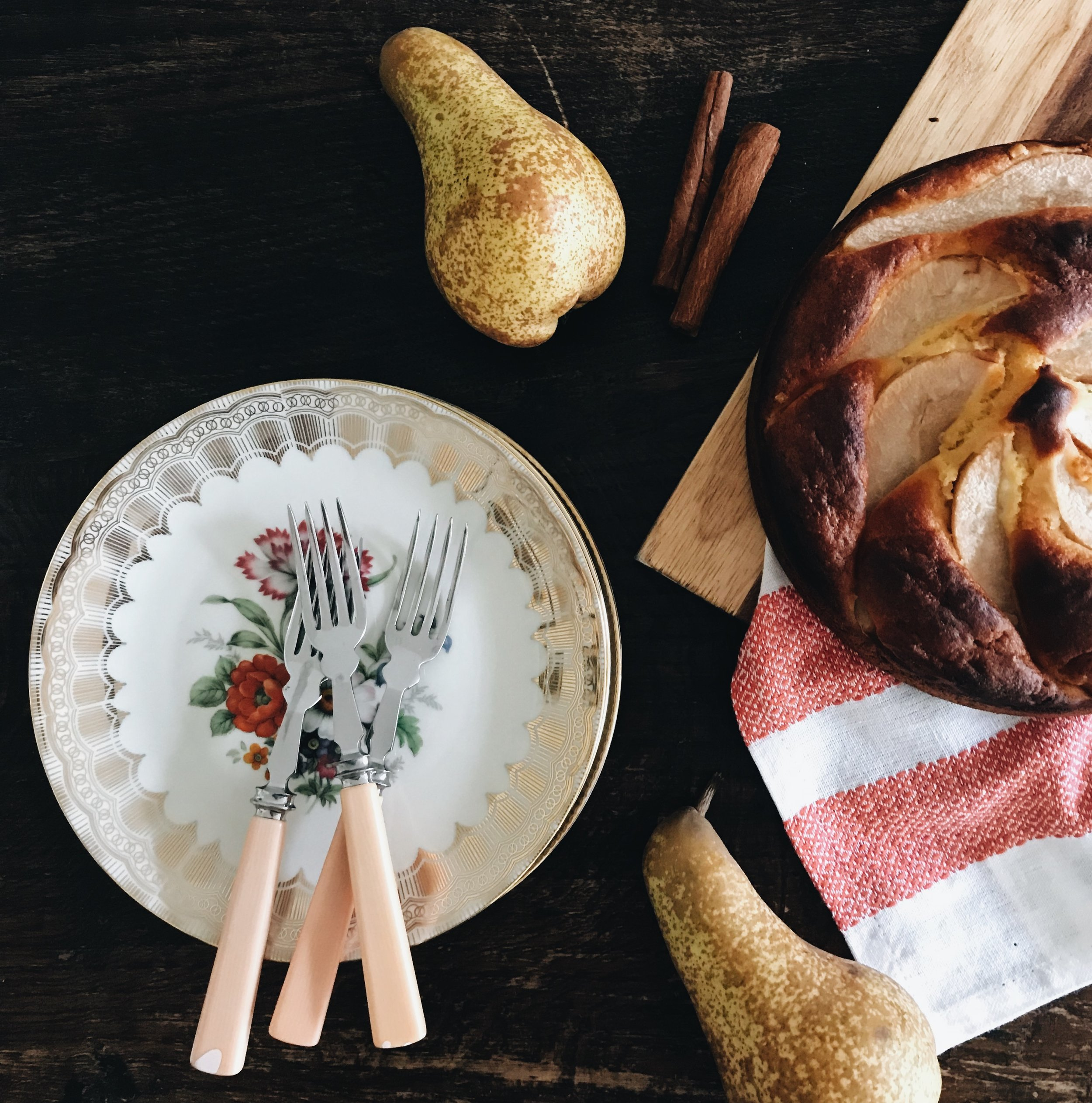 Vollkorn-Birnenkuchen mit Olivenöl, Honig & Joghurt
