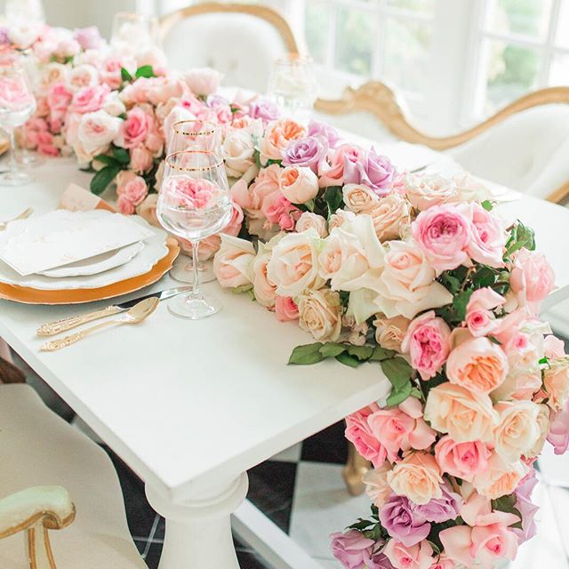 These florals though! One of my favorite parts about my experience at the Hope Taylor Two Day Workshop was meeting some amazing boss women and this tablescape! Florals by @amandaveronee Planning: @thecarolinedoll Rentals: @whitegloverentals Stationery: @englishteapaperie