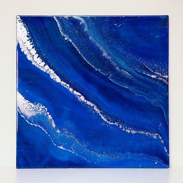 I usually work in brighter blues but I am so into this dark blue and silver guy! 🌊 🎨 . . . . #phoenixartist #artresin #artstudio #resinart #fluidpainting #fluidart_daily #fluid #fluidart  #designlife #interiordesign #makersgonnamake #makersmovement #azmakers #designideas #flashesofdelight