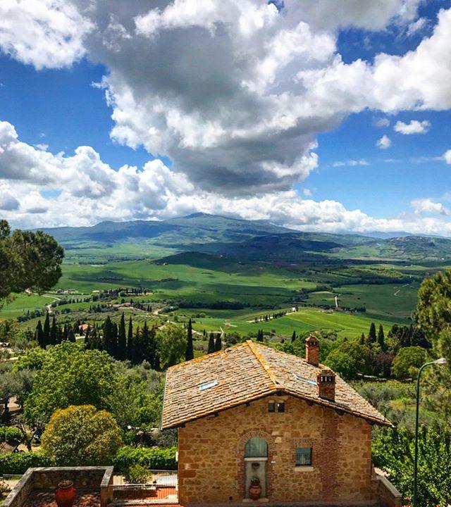 """Sole Viagens: Toscana 🇮🇹 (Parte 1) . Após nos despedirmos de Roma (dicas no post do dia 21/5), seguimos pelas sinuosas e charmosas estradinhas da Toscana, passando por vinícolas, campos e vilas medievais ⚔, que mais parecem ter saído de pinturas Renascentistas ❤️. Ao todo foram 11 inesquecíveis cidades, e selecionamos nossas 5 mais queridas! . - Pienza: A vila chamada de Corsignano, foi rebatizada de """"cidade de Pio"""", pois ali nasceu o Papa Pio II. Seus queijos pecorinos 🧀 são os melhores da região do vale do Rio Orcia. . - Montalcino: Conhecida pelo famoso vinho Brunello 🍷, é nessa terra que cresce a uva Sangiovese 🍇. A cidade de ares medievais tem uma localização privilegiada sobre uma colina, e sua entrada principal é guardada por uma fortaleza. . - San Gimignano: Com registro remetendo ao século III, de longe se vê as 14 torres (ou """"Collegiata"""") 🏰 Na praça principal você pode provar o """"melhor gelato do mundo"""" 🍨 (acompanhe os próximos posts para ver conhecer os melhores gelatos da Toscana!) . - Siena: Estrategicamente localizada entre Roma e Florença, essa cidade murada 🛡tem, em seu Duomo, um dos pisos de mármore mais belos da Toscana! Já a vista da Torre del Mangia vale os 400 degraus que levam ao seu topo! . - Florença: Provavelmente uma das mais belas cidades italianas (quiçá do mundo) e berço da Renascença, Florença encanta corações e enche os olhos. A opulência da Família Medici, que esteve no poder 👑 por anos, se nota nos inúmeros museus, igrejas e parques. Eles financiaram a invenção do piano e da ópera 🎼, a construção da Basílica de São Pedro, e foram mecenas de Da Vinci, Michelangelo, Maquiavel e Galileu. . Em breve postaremos nosso Top 5 dicas de restaurantes da Toscana (Parte 2)! Ajude nossa página de dicas a crescer! Deixe um comentário que assim ganhamos destaque! . """"Sole, tutto fatto a mano"""" 🇮🇹 .  #Sole #SoleGourmet #Rotisserie #Emporio #Cuisine #Toscana #Florença #Firenze #Pienza #Receita #Italia #SanGimignano #Siena #FattoAmano #Montalcino #Brunell"""