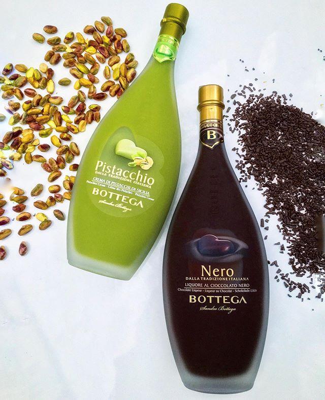 """Receitas Sole """"Bottega Spa"""" 🇮🇹 . Criada em Molinetto della Croda, esta centenária marca Italiana vem desde o século 17 produzindo vinhos, grappas e licores de altíssima qualidade! . Escolhemos 2 licores exclusivos para mostrar como é simples preparar drinks incríveis em casa, olha só: . 💚Crema Pistacchio Elaborado a partir de pistaches Sicilianos, colhidos na base do vulcão Etna, com um toque especial de Grappa, este licor tem sabor delicado e textura aveludada. . 🍸 Think Green: Numa coqueteleira com gelo, misture 1 dose de Bottega Pistacchio e 2 doses de Vodka. Coe e sirva o drink numa taça de Martini decorada com côco ralado e pistache moído. ..................................... 🖤Crema Nero Produzido com o mais puro cacau andino e Grappa genuinamente italiana, este licor de sabor intenso e textura suave agrada os amantes de chocolate amargo 🍫 . 🍸 Chocolatini: Numa coqueteleira com gelo, agite firmemente 1 dose de Bottega Nero, 1 dose de Baileys e 1 dose de Vodka. Coe e sirva o drink numa taça de martini decorada com calda de chocolate e finalize com um twist de laranja 🍊Pronto, agora enjoy...🥂 . Gostou? Na Sole você encontra os sabores da Bottega Spa e uma seleção incrível de bebidas! Realizamos entregas para toda Grande SP, basta acessar um dos canais abaixo e fazer o seu pedido: . 🖥 Loja Online: www.SoleOnline.com.br 📱 Whats: 11 9 9981-9500 ☎ Tel: 11 2619-5384 🛵 IFood: Loja Sole . """"Sole, tutto fatto a mano"""" 🇮🇹 . #Sole #SoleGourmet #AdegaSole #Rotisserie #Emporio #BottegaSpa #Chocolate #Cacao #ChocoHolic #Martini #Grappa #Pistacchio #Pistache #Nero #Chocolatini #Drinks #Cocktail #Italia #Italy #Drinkporn #Roma"""