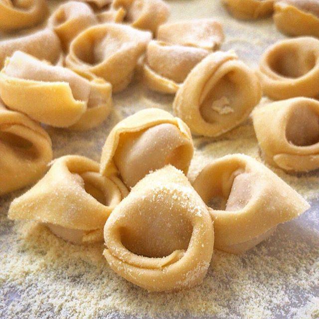 """Cappelletti di Carne Sole 🇮🇹 . Nossa versão fatto a mano deste clássico Italiano é feita com Prosciutto Crudo, Lombo Suíno e algumas especiarias secretas do chef...👩🍳 Deslize para o lado e confira o making-of! . Nossa sugestão é servi-lo In Brodo (sopa) ou gratinado (ao forno) com molho ao Sugo Sole e queijo Grana Padano 🧀 ralado, assim a massa fica crocante por fora e macia por dentro! E para harmonizar uma taça de Chianti Classico🍷 . Gostou? Temos o Cappelletti disponível aqui na Sole, venha nos visitar! Também realizamos entregas para toda Grande SP, basta acessar um dos canais abaixo e fazer o seu pedido: . 🖥 Loja Online: www.SoleOnline.com.br 📱 Whats: 11 9 9981-9500 ☎ Tel: 11 2619-5384 🛵 IFood: Loja Sole . """"Sole, tutto fatto a mano"""" 🇮🇹 . #Sole #SoleGourmet #Cappelletti #Pasta #Massa #InBrodo #Brodo #Gratinado #MolhoSugo #Italia #Toscana #Roma #Rome #Brasil #Rotisserie #Emporio #MakingOf #Cuisine #Tempeiros #FattoAmano #Formagio #GranaPadano #Gastronomia #Culinária #Receitas #SaindoDoForno #FattoAMano #FoodPorn"""