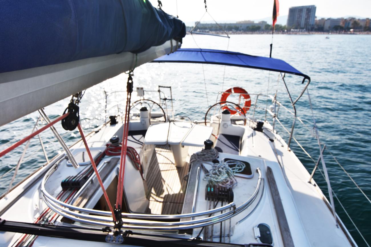 Velero-Alquiler-vista-banera-barco-desde-cubierta.jpg