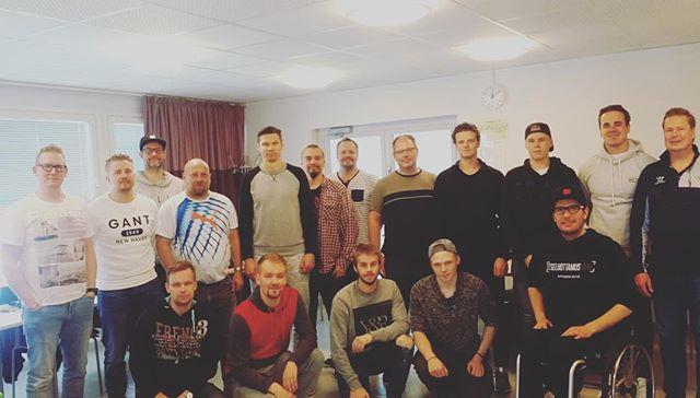 Itseluottamus.com oli tänään jääkiekkoliiton järjestämällä maalivahtivalmentajien koulutusleirillä Vierumäellä puhumassa henkisestä valmentamisesta ja urheilijan itseluottamuksen tukemisesta. Mukana oli innostunut ryhmä valmentajia, jotka tekevät tärkeää työtä nuorten veskarilupausten kanssa. Meillä on yhteinen halu varmistaa, että maailman parhaimmat ja henkisesti vahvimmat maalivahdit tulevat jatkossakin Suomesta #itseluottamus #maalivahti #valmentajat #coaching #mentalcoach #mentaalivalmennus #leijonat
