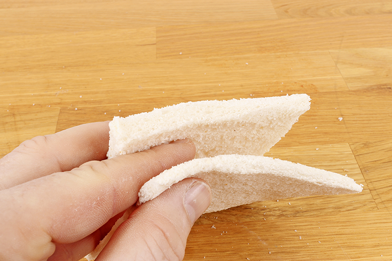 Gently roll the slices of bread with a rolling pin or bottle. The aim is to reduce the thickness by half.