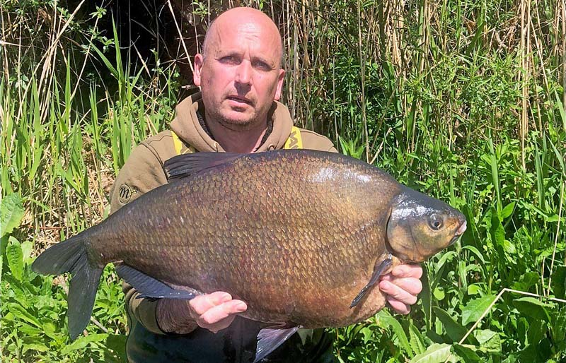 Lee Snow 17lb bream.jpg
