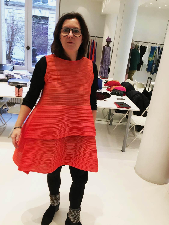 Paris-Anprobe-rotes-Kleid.jpg