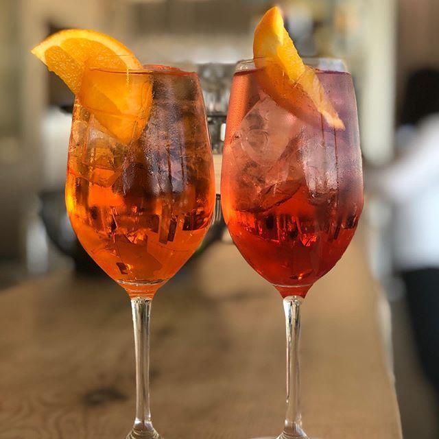 Akkurat nå: Leskende drikke på vei ut til to hyggelige gjester i solen på #vingenbar #astrupfearnley #tjuvholmen #oslo