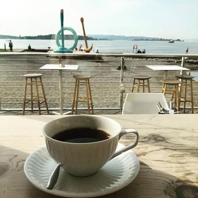 Morgenkaffe på sensommeren med denne utsikten i dette været! På #vingenbar på #astrupfearnley på #tjuvholmen med kaffe fra #fuglencoffeeroastersoslo