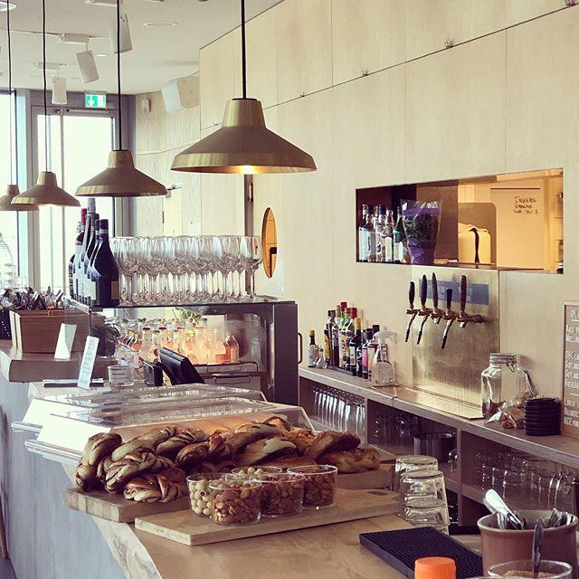 Kaffen er kokt og bollene bakt. Kom til #vingen på#astrupfearnley på #tjuvholmen for den beste kaffen med den beste utsikten på en gråværsdag