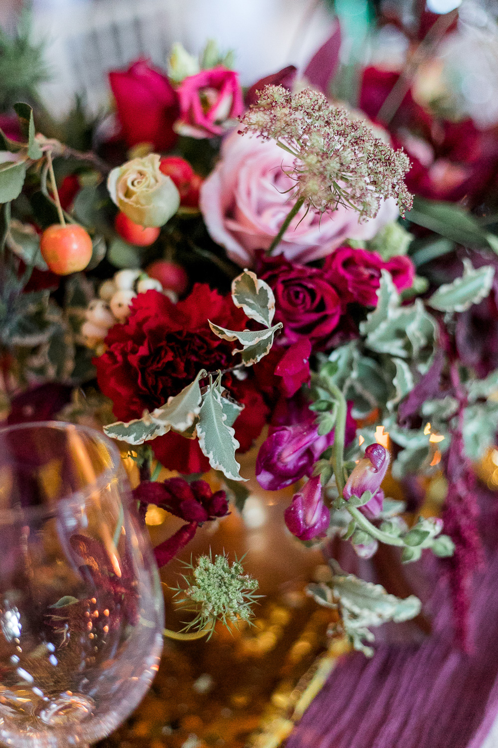 red and pink flowers for wedding table setting
