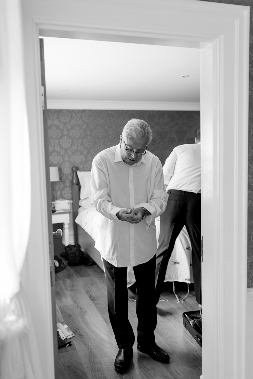 father of the groom getting ready on the morning of the wedding