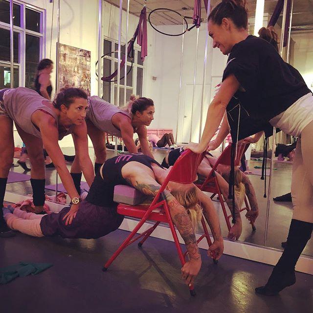 Love this shot from tonight! Teamwork with @silviainmiami @anna_urbankova in the beautiful @mpdsmiami studio #flexibilitytraining #shoulderstretch #backbending #poledance #milanpoledance #contortion #mongolianstyle #bendylife #miami