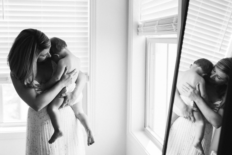 180805-0060-baby-boy-at-home-session-washington-dc-elisenda-llinares.jpg