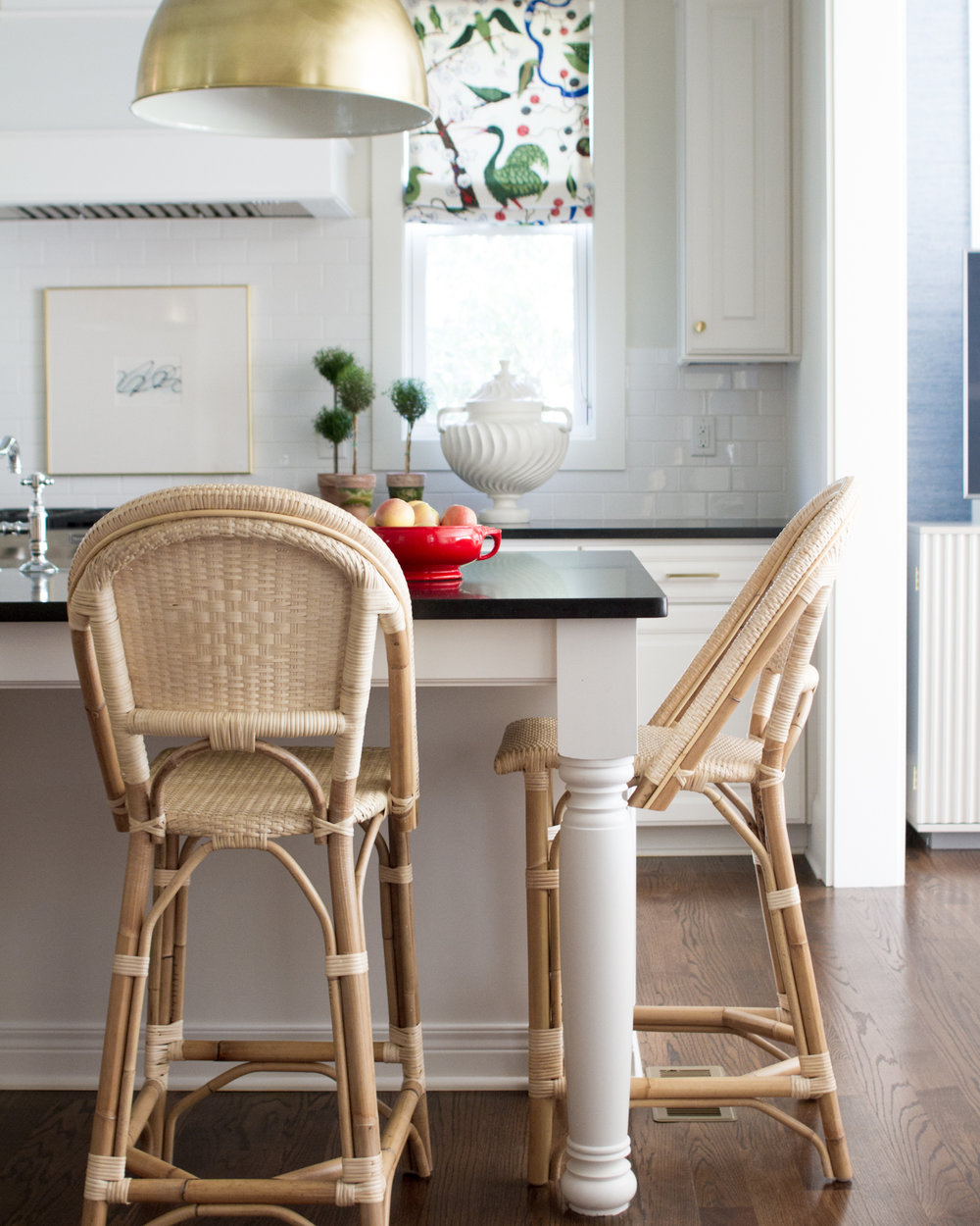 we adore the natural look of these  rattan barstools ! / photo: lauren Bradshaw