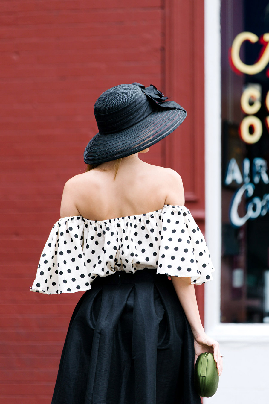 Big black classy hat worn by Ulia Ali from pastiche.today blog.