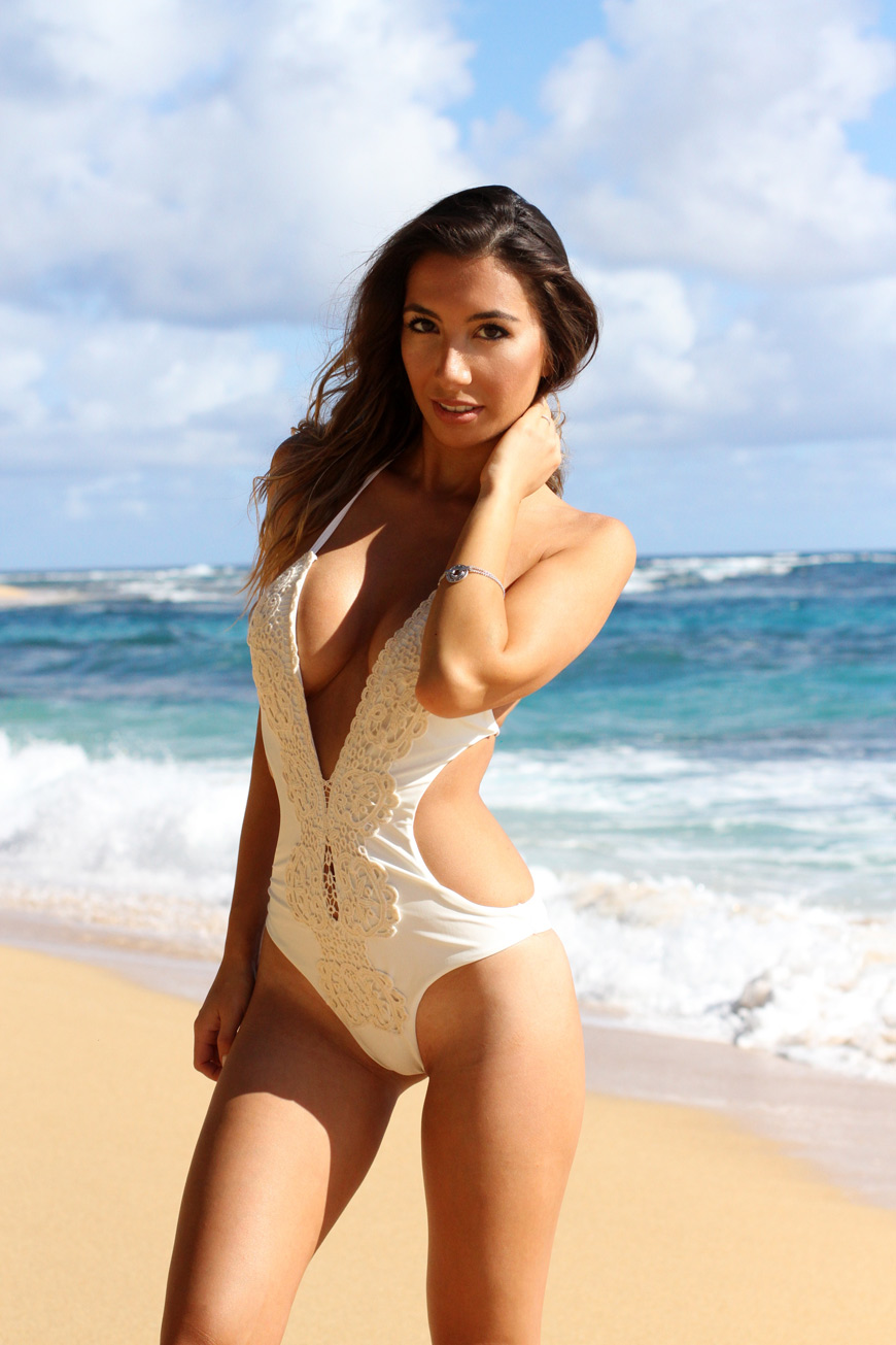White Lace bikini in Kauai. Honeymoon attire in Hawaii. What to wear on Honeymoon?