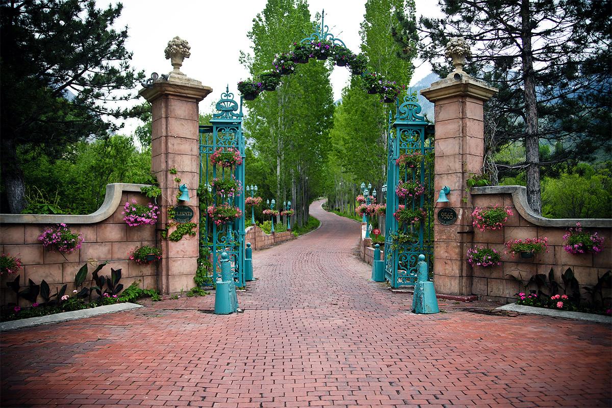 La Caille gates