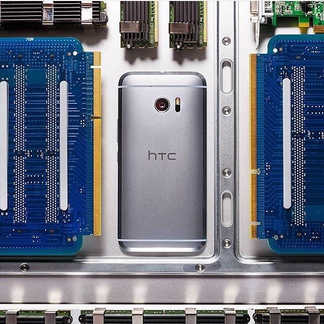 We love gadgets 📱📱 #framedtech #frames #apple #art #technology #gadgets