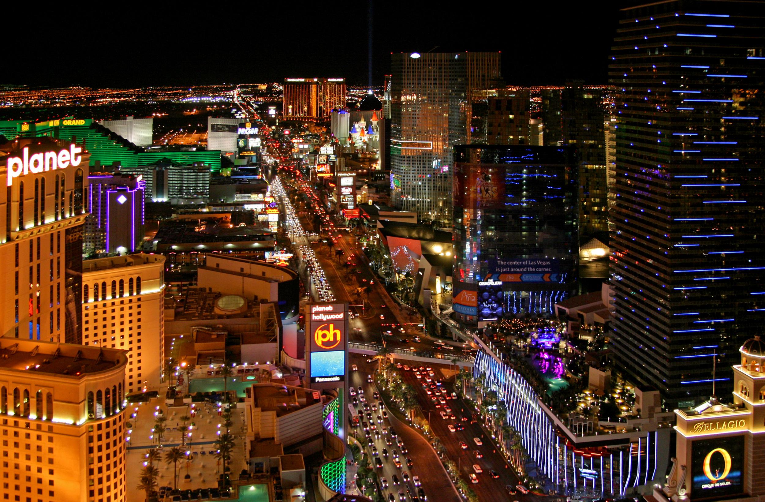 Las_Vegas_Strip_at_night,_2012.jpg