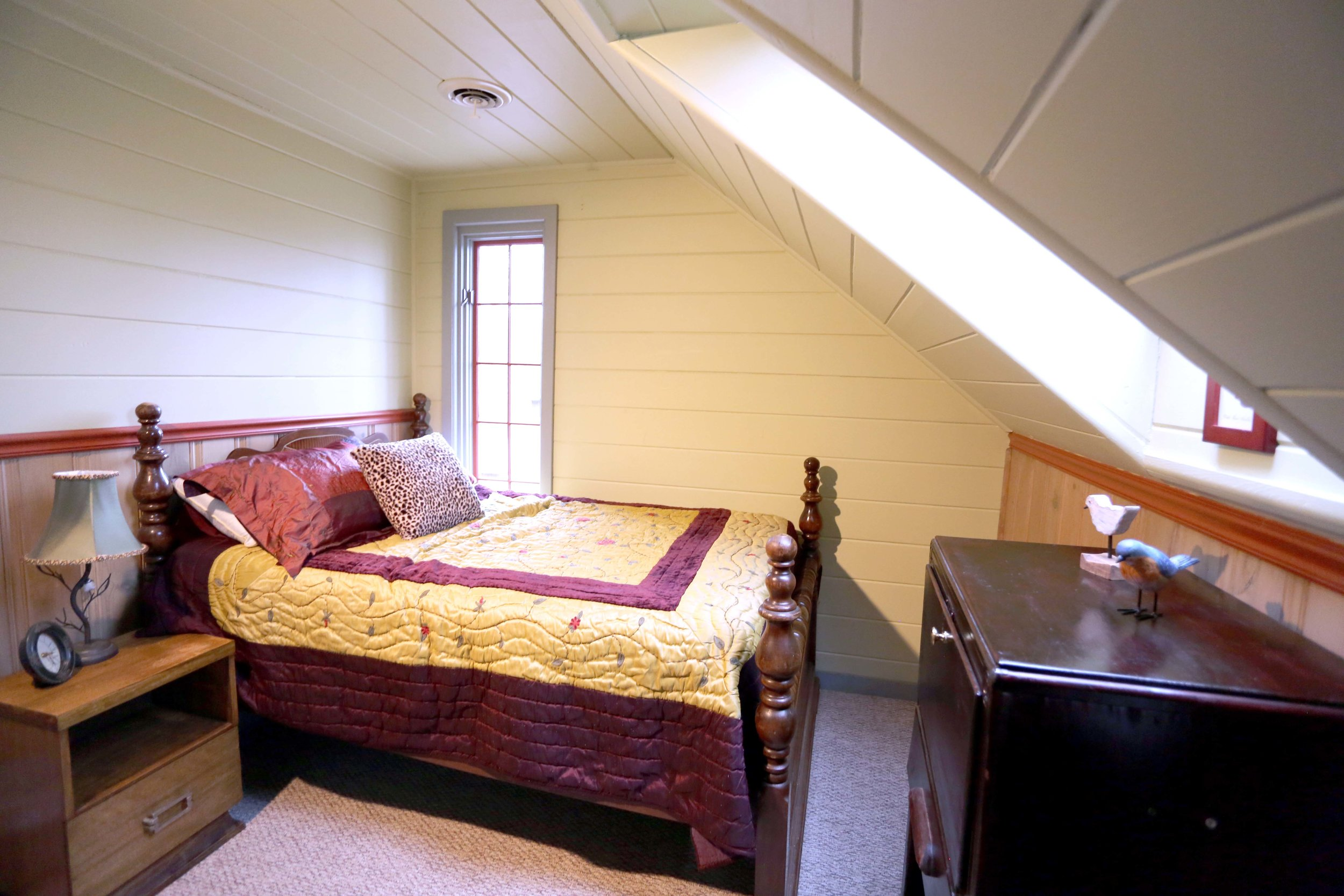 The Bird Room in the LakeTrail House has a queen bed. It shares a bathroom (toilet, shower, and claw-foot tub) with the other room in the East Wing of house.