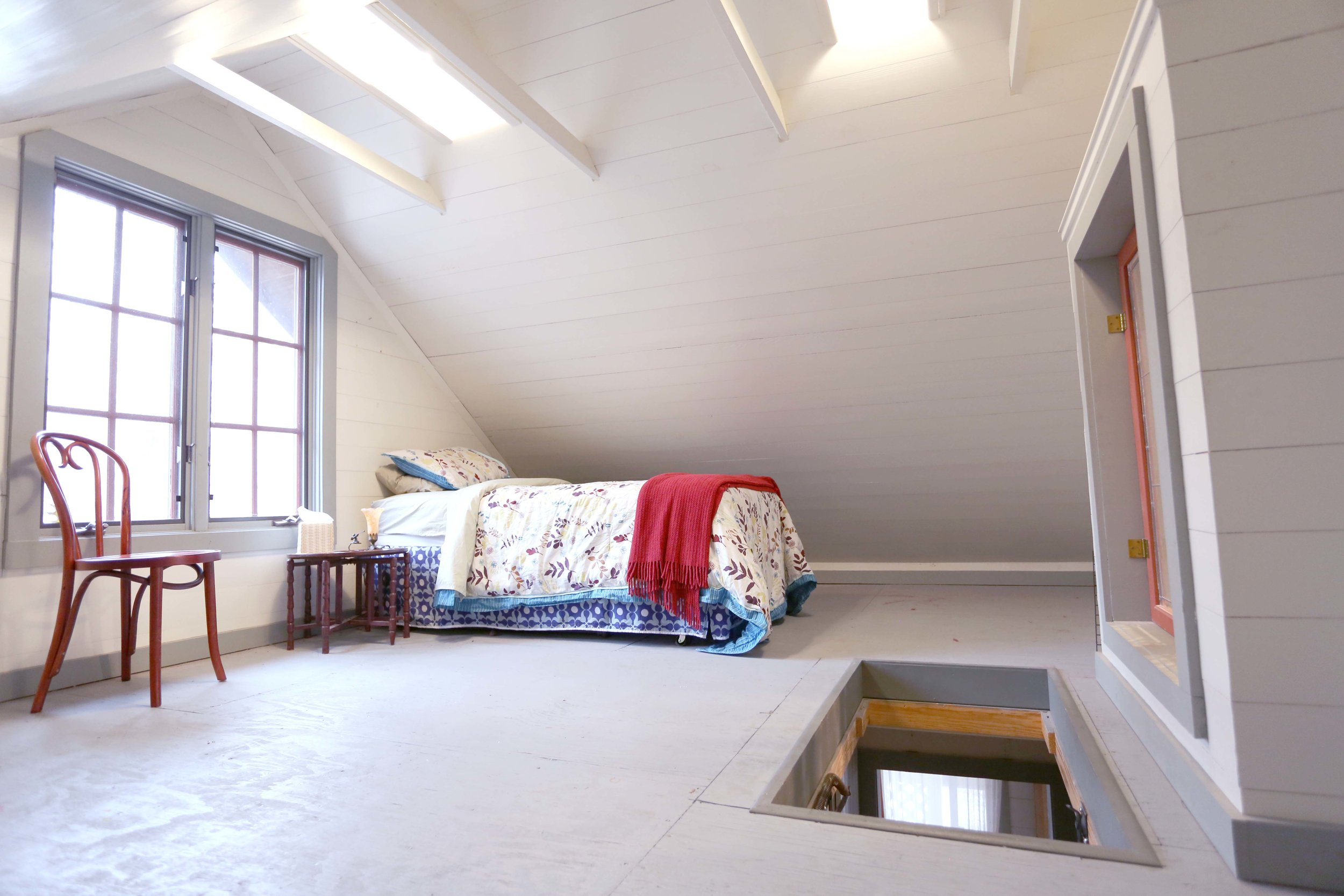The LakeTrail loft shares a full bathroom with the Master Bedroom. This room cannot be rented unless its occupant is with the same party as those who rent LakeTrail Master. $45/weekdays; $60/weekends