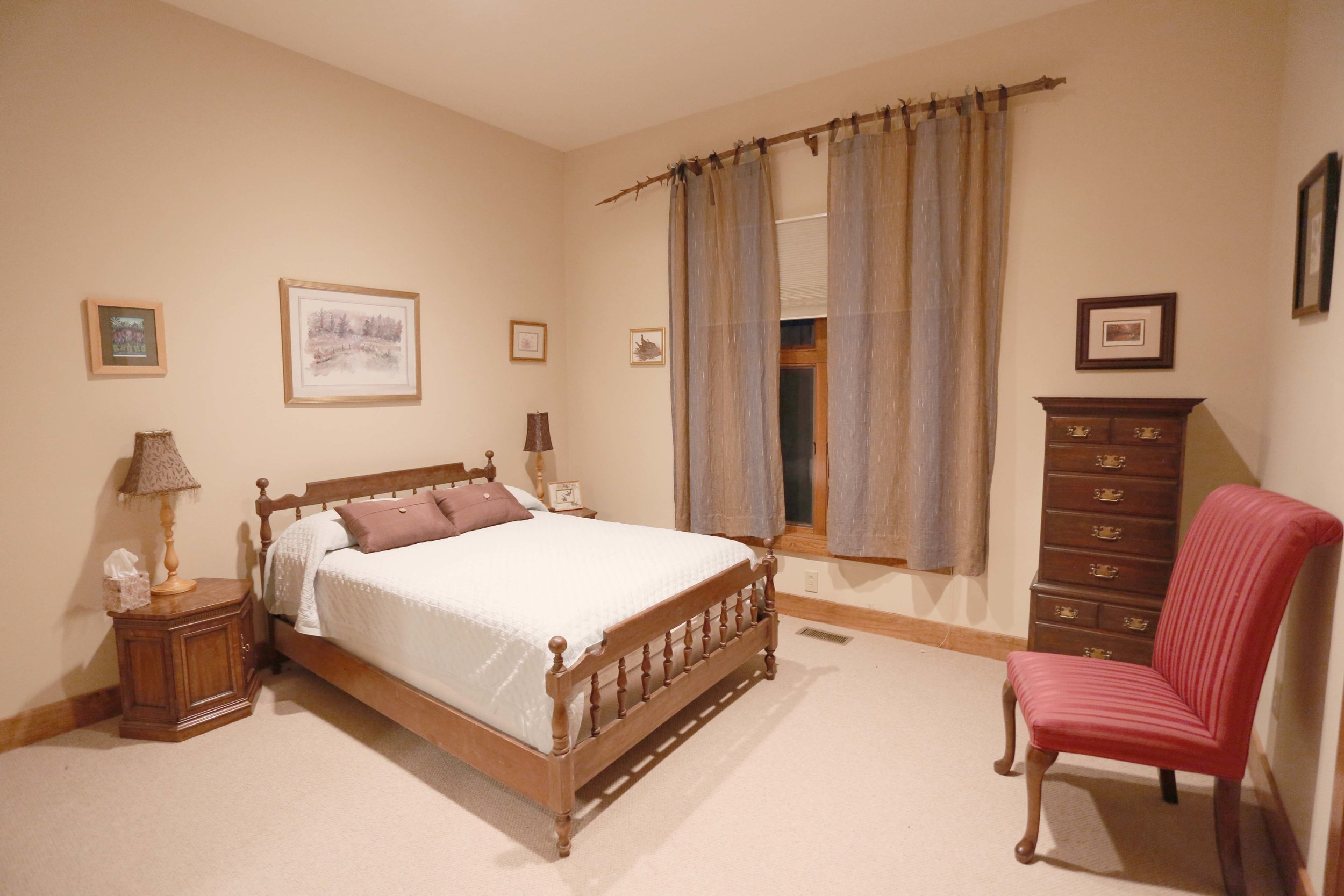 The Circle Lodge Pond View Room has a Queen bed and private full bathroom. Horseshoes, bocci, shuffleboard, fishing pond on site. Organic produces traight from farm steps away.