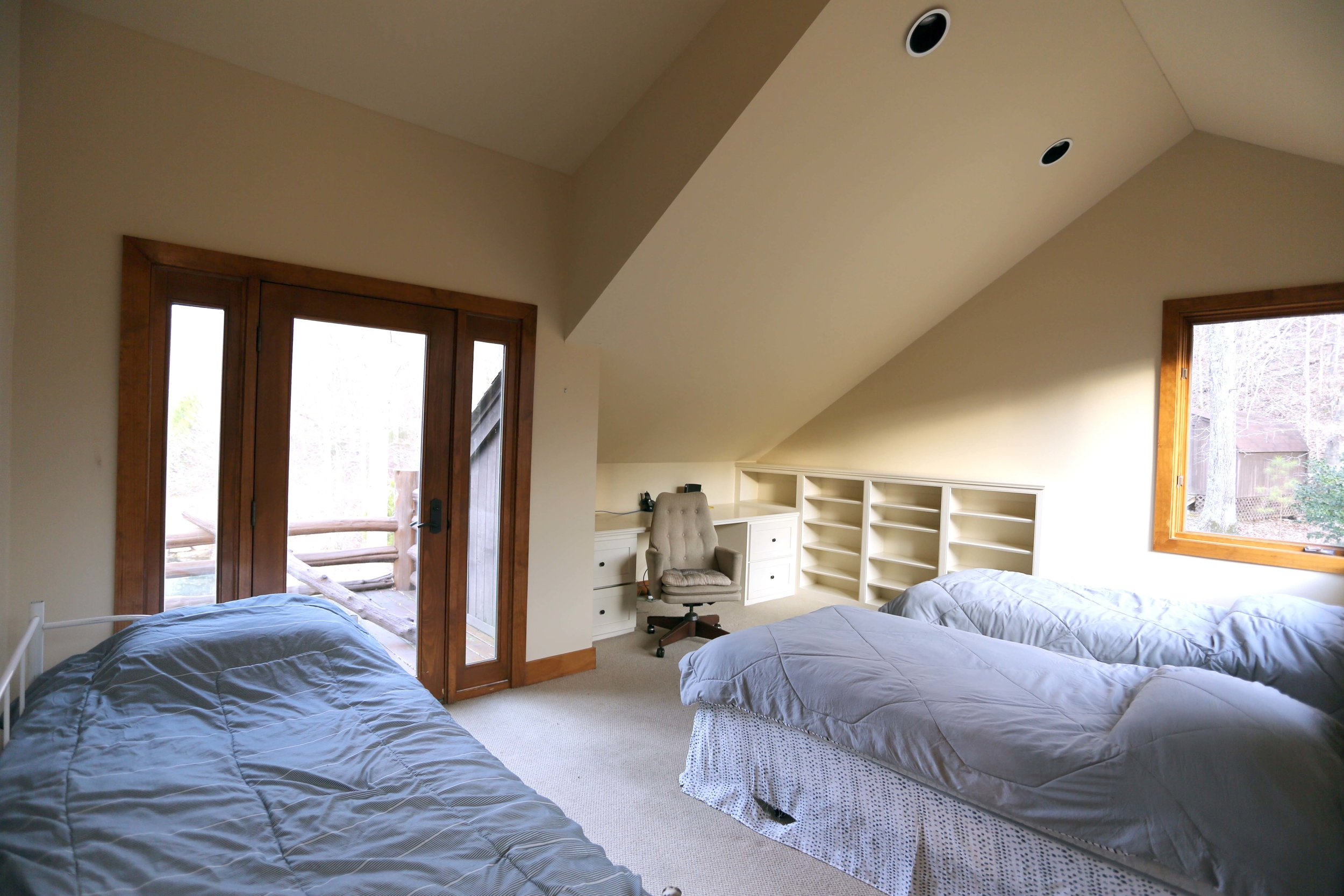 The Circle Lodge Spiral Loft has three singles. Shared full bathroom downstairs Horseshoes, bocci, shuffleboard, fishing pond on site. Organic produces straight from farm steps away.