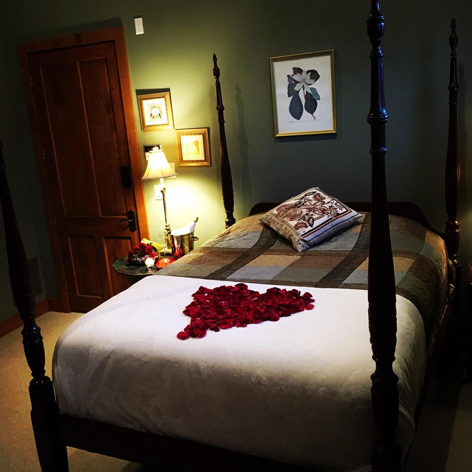 Circle Lodge master bedroom - Queen
