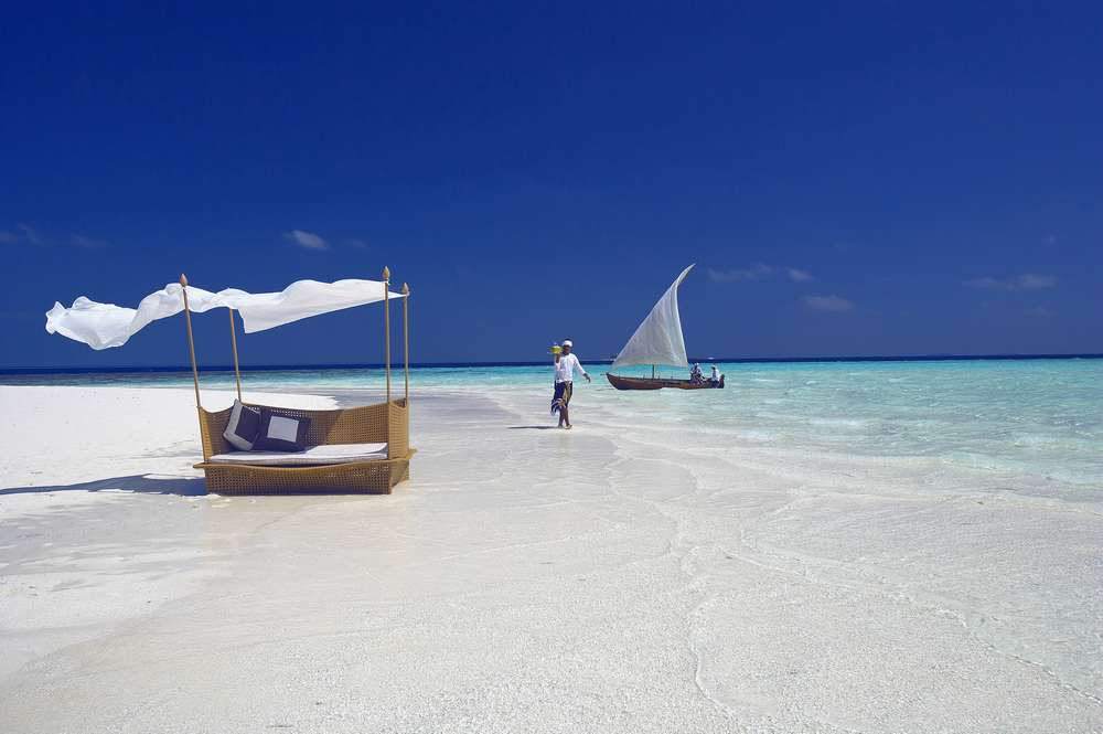 baros-maldives_sandbank-waiter_hr.jpg