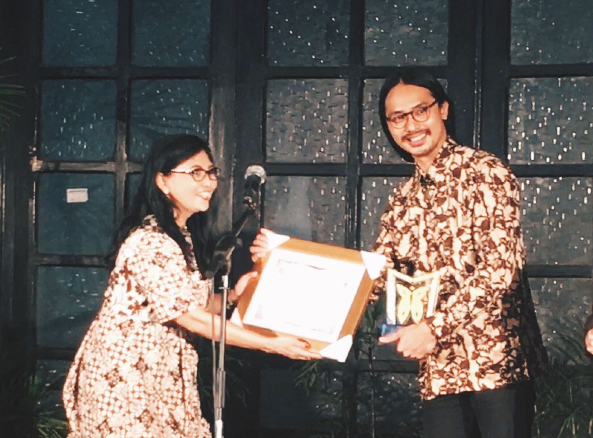 Anggiea Prawira Tjong, cicit dari Tjong A Fie yang menerima penghargaan tersebut atas nama seluruh keluarga besar Tjong A Fie