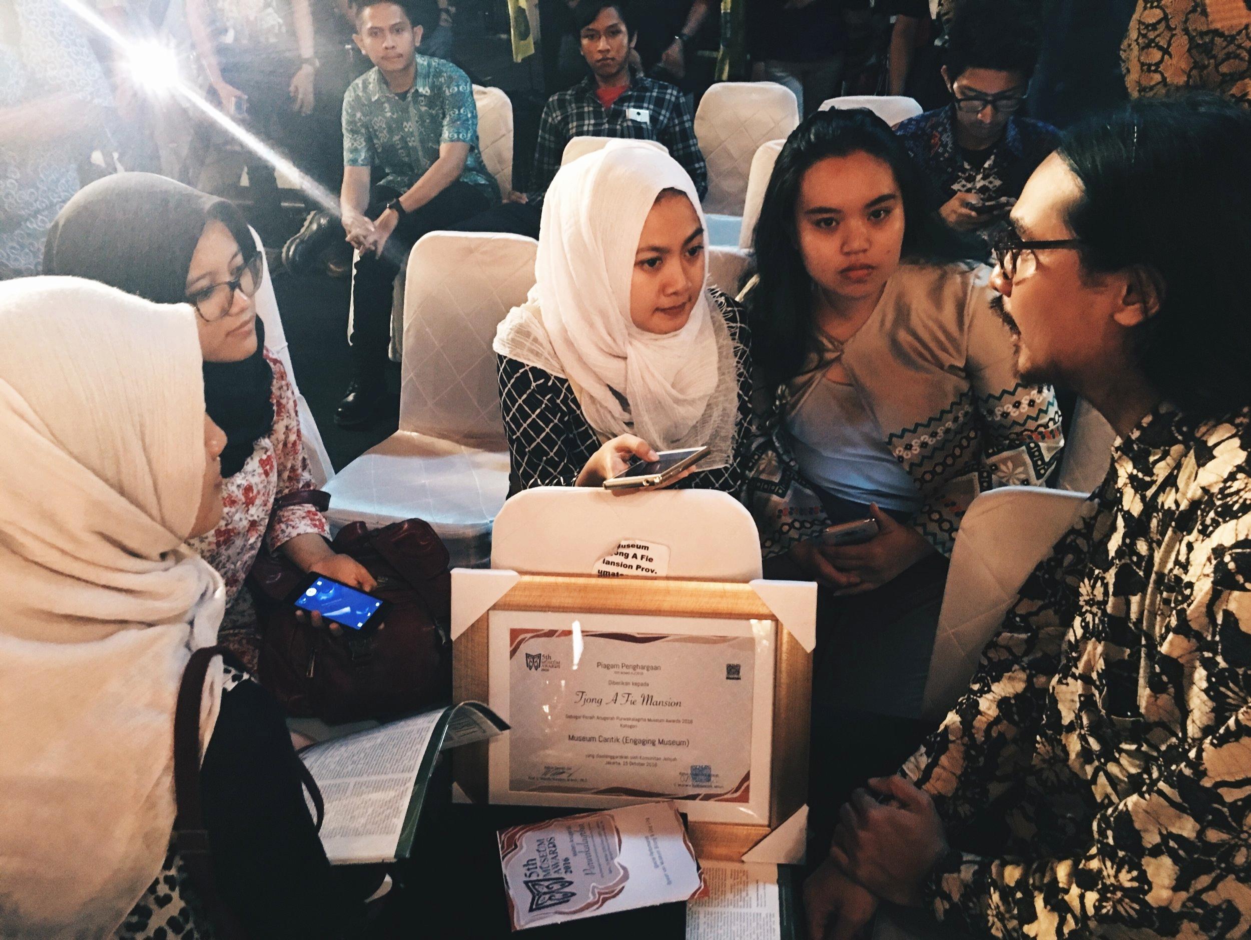 Anggiea Prawira Tjong sedang diwawancarai oleh Mahasiswi Universitas Indonesia