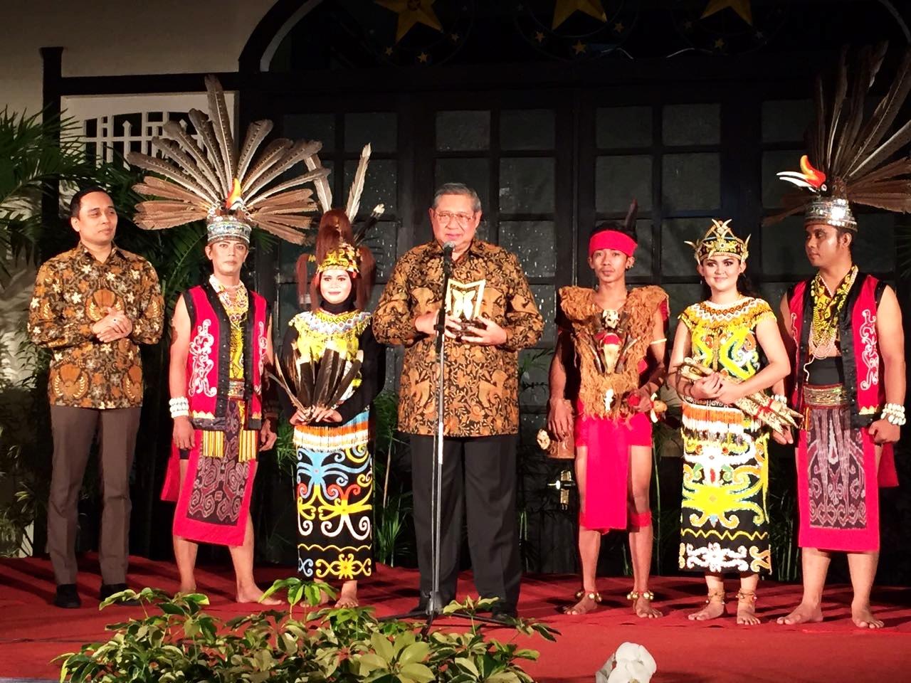 Bapak SBY juga menerima penghargaan dan dinobatkan menjadi Bapak Museum Indonesia.
