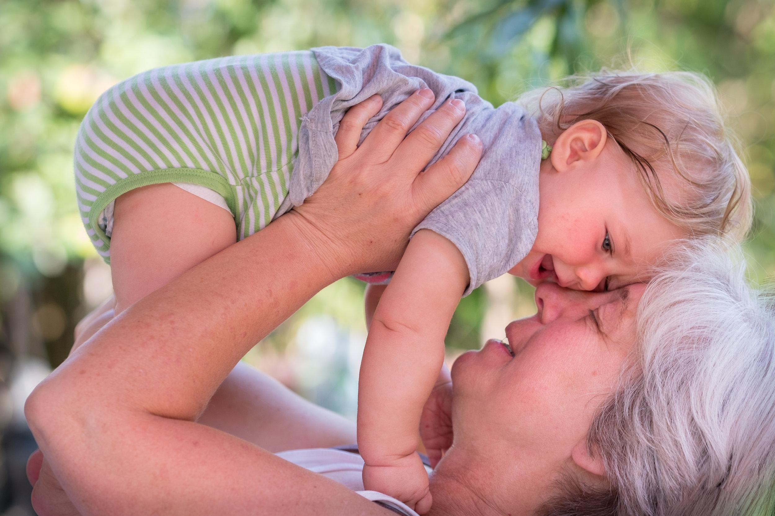 Meine Enkelin freut sich, mich zu sehen, lacht mit mir und kuschelt sich an mich – in dem Moment springt mein Herz vor Freude.