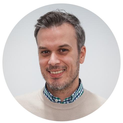 JAVIER CALZADO  Senior Developer  Ingeniero Técnico de Telecomunicaciones, experiencia senior como C++ developer, rebautizado a Front-End especializado en React/Redux y entusiasta del amplio ecosistema web. Pasión por el diseño, la estética y los detalles.   t   l   m