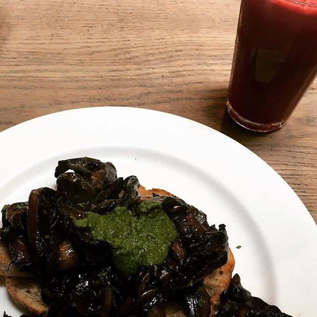 Feeling a tickle in my throat and a slight temperature so I go for some #immuneboosting full of #antioxidants foods. #vitamind rich mushrooms on toast with pesto and a #ginger #beetroot #orange #spinach juice. #plantbased #immunesystem #juice #mushrooms #londonfood