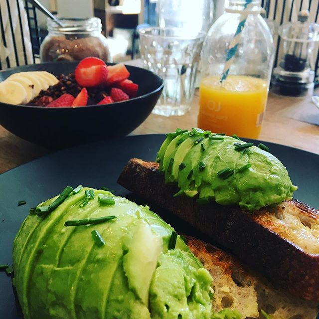 Lovely food at @lesfillesldn 🌱💚 #avoontoast #acaibowl #veganfood #plantbased #wfpb #londonfoodie #hampsteadfood