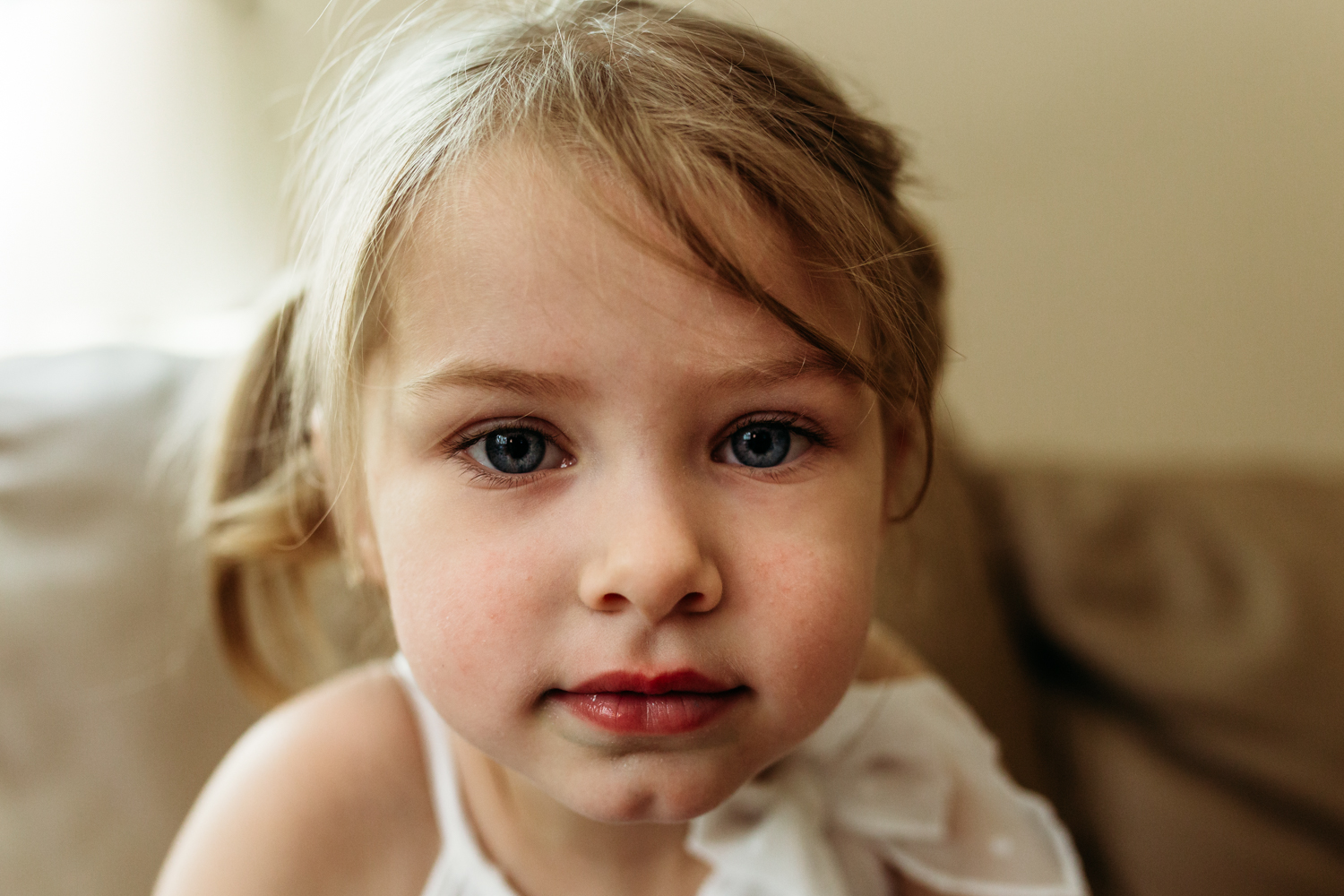 little-girl-portrait-at-home-milwaukee.jpg