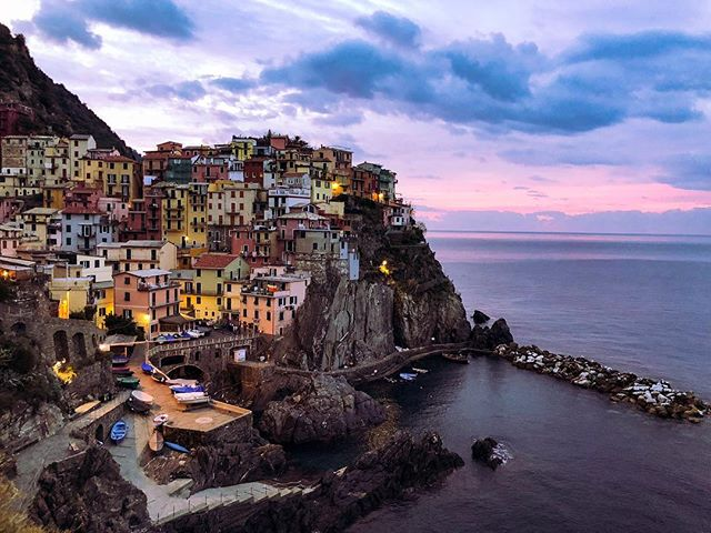 Ciao Manarola. . . . . .  #discoverearth #exploretheglobe #nakedplanet #places_wow  #earthfocus #ourplanetdaily #earthofficial #natgeo #nationalgeographic #instatravel #travelgram #iphoneography #shotoniphone #shotoniphonex #iphonex #italy #cinqueterre #manarola #sunrise #nofilter #iphoneography