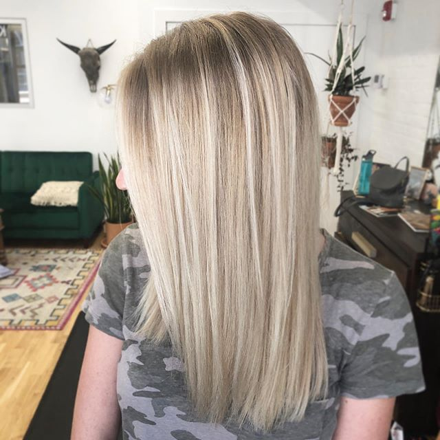 💛BLONDE.POP💛 . #blonde #blondebalayage #kevinmurphy #colormebykm #freestylelightener #violetash #lovekm #thesaltyblondeoldmarket #staysalty✌🏼